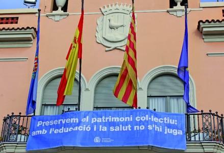 El balcón del Ayuntamiento de Santa Coloma reivindica atención preferente a los temas de salud y educación.