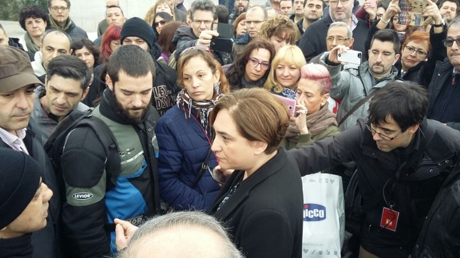 La alcaldesa de Barcelona, Ada Colau, habla con los trabajadores del metro, antes de la inauguración de la L-9.