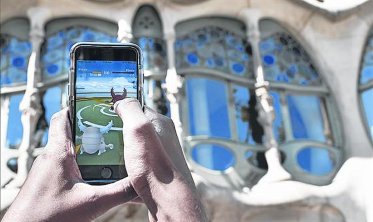 BCN YA JUEGA<br/>3 La fiebre del Pokémon Go se materializó ayer en Barcelona. En grupo, como en la quedada de Turó Park (arriba izquierda), o individualmente, en otros rincones urbanos.