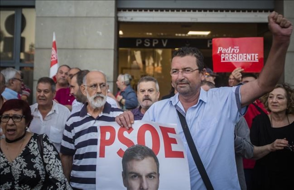 Militantes del PSOE defienden a Pedro Sánchez ante la sede socialista en València.