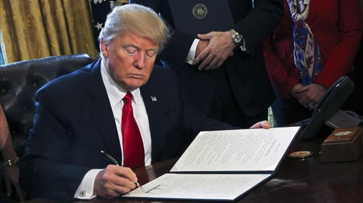 Donald Trump firma una orden ejecutiva en el Despacho Oval