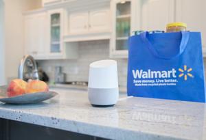 El asistente Google Home y una bolsa de Walmart.