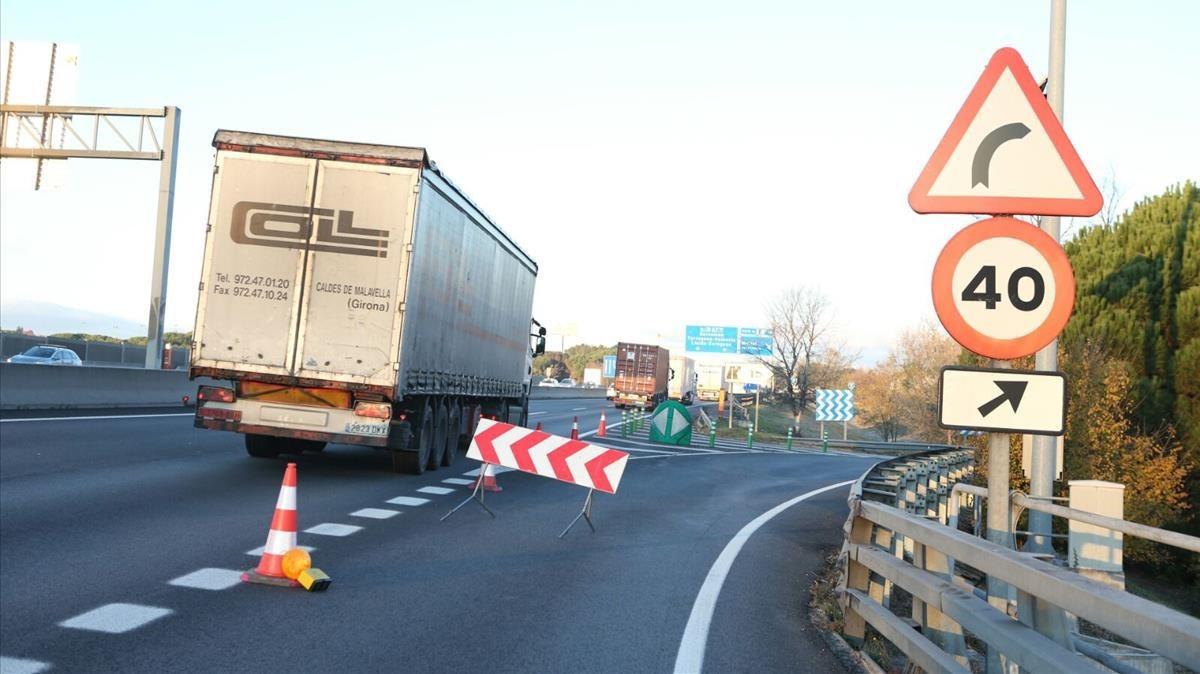 Un trailer con la rueda pinchada se ha visto obligado a parar a la altura de Mollet del Vallès.