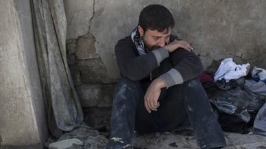 Un habitante de Mosul llora ante las ruinas de la casa donde han muerto 23 de sus familiares.