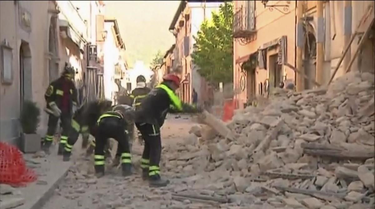 bomberos-buscan-entre-los-escombros-norcia-1477819823078.jpg?_ga=1.198842223.1991875827