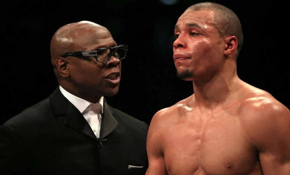Un boxeador deja de pegar en la cara a su rival tras avisarle su padre de que podía matarlo