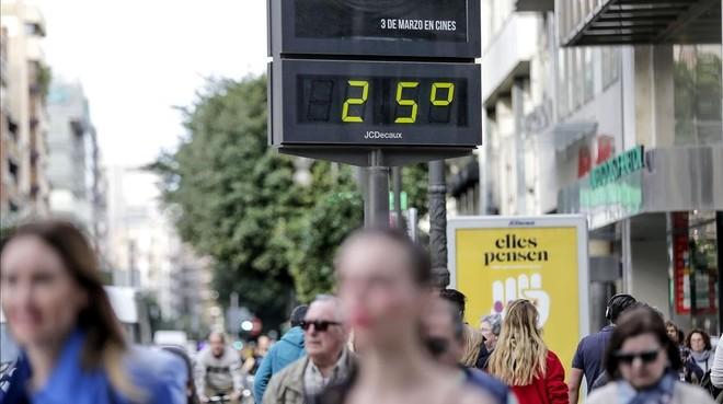 Un termómetro marca 25 grados, este lunes en Valencia.