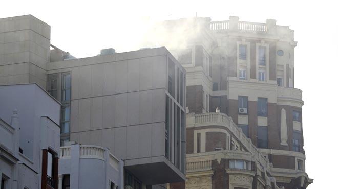 Espectacular incendi en un edifici de la Gran Vía de Madrid