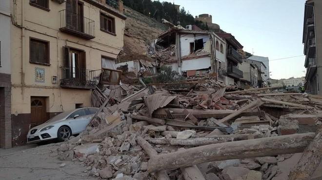 Un desprendimiento en Alcaniz arrasa con varias casas y obliga al desalojo de vecinos.