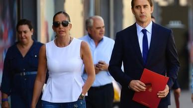Julen Lopetegui, acompa�ado por la directora de la selecci�n, Mar�a Jos� Claramunt, se dirige hacia la sala de prensa para facilitar su primera lista.