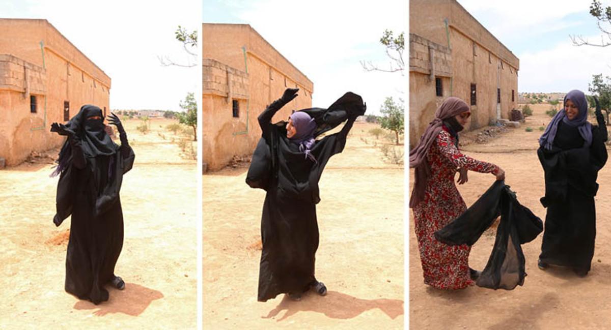 Mujeres sirias se despojan del 'burqa' tras la derrota de los yihadistas