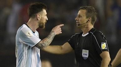 Leo Messi y el linier brasileño Emerson Augusto de Carvalho.