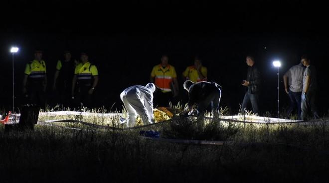 Levantamiento del cadáver de uno de los atracadores de una gasolinera en Lleida.