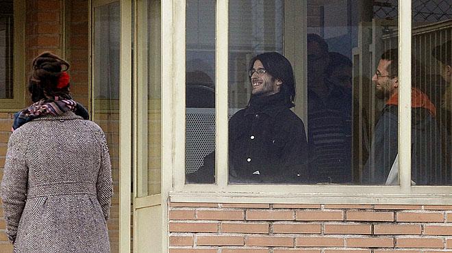 Raúl García y Alfonso Lázaro han sido recibidos por familiares y amigos en la prisión de Soto del Real.