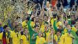 Los jugadores de la selección brasileña, con el trofeo que los acredita como campeones de la Copa Confederaciones