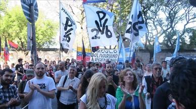 Manifestación ante la embajada venezolana en Buenos Aires contra la suspensión de Venezuela como kmiembro del Mercosur, este jueves.