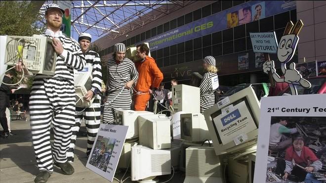 Manifestantes en pro del reciclaje electr�nico en la feria CES de Las Vegas.
