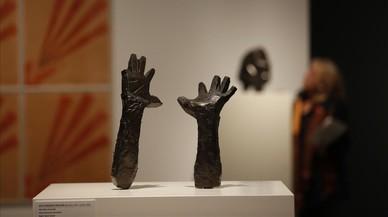 'Mano izquierda levantada'(1942) y 'Mano derecha levantada'(1942), ambas de Juli González.