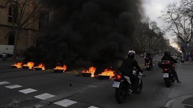 Motoristas sortean las barricadas dispuestas en la Gran Via.