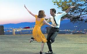 MUEVE LOS PIES.Emma Stone y Ryan Gosling 'bailalalando' sin parar.