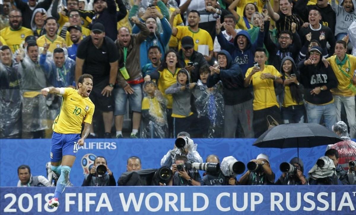 Neymar celebra el gol conseguido ante Paraguay, que lo redimió tras fallar un penalti