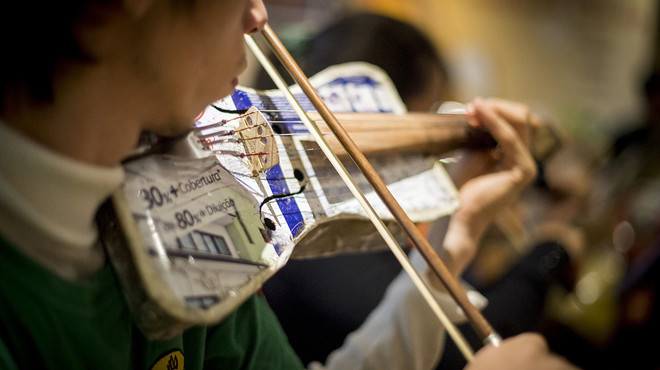 Concert solidari de l'Orquestra d'Instruments Reciclats de Cateura amb Antonio Orozco