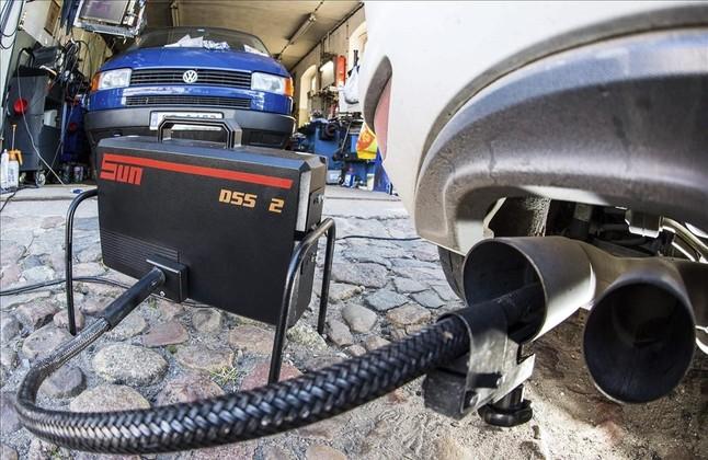 Prueba de emisiones de gases de un veh�culo de Volkswagen.