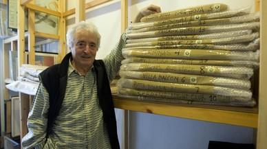 Benet Rossell, en el 2010, en su estudio, con fondos de escenario recuperados de El Molino.