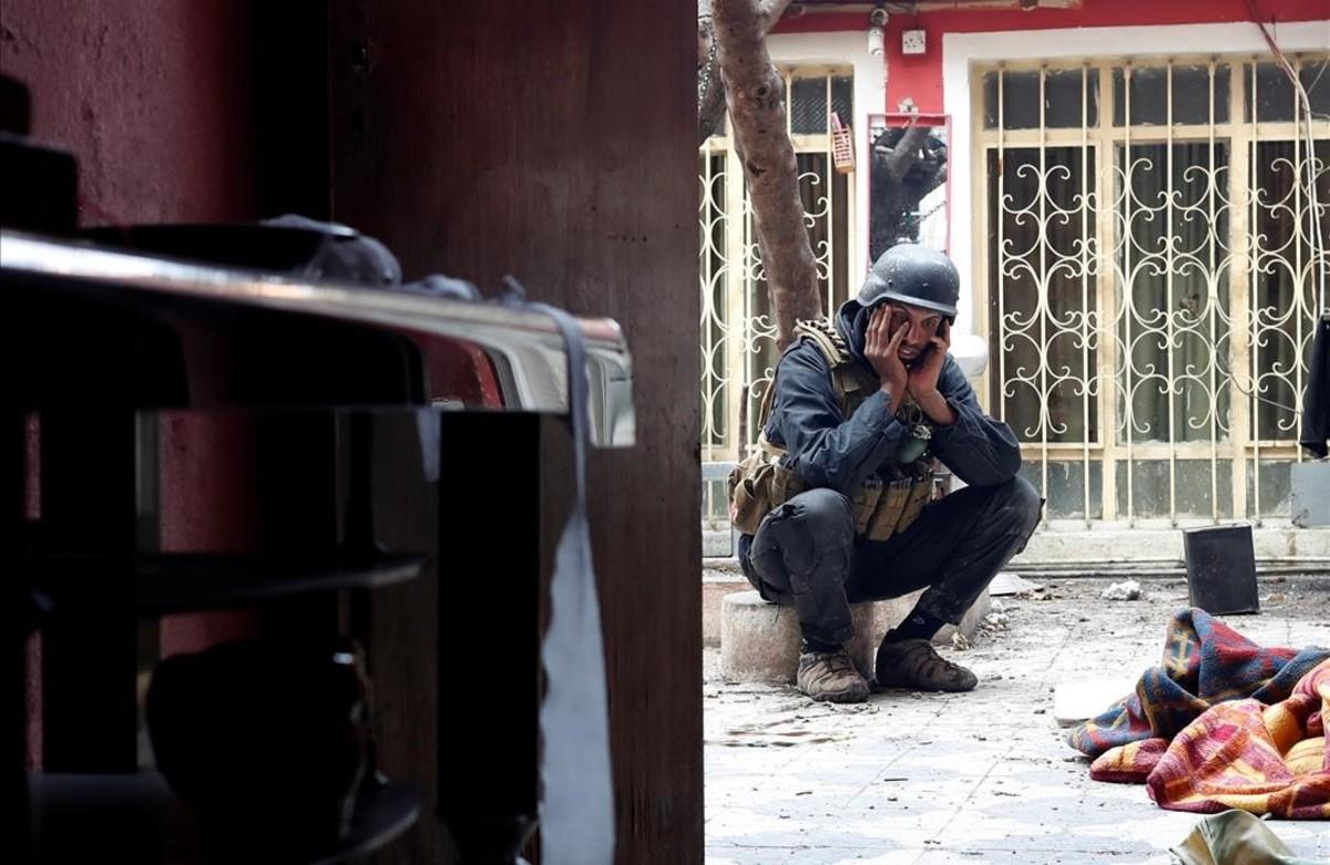 Un soldado de las fuerzas especiales iraquíes afectado tras un tiroteo conmilitantes del Estado islámico en Mosul, Irak.