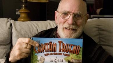 V�ctor Mora con un ejemplar de 'El Capit�n Trueno', en su casa en el 1912.