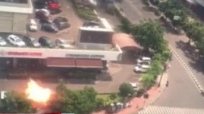 Momento de la explosión en una cafetería Starbucks de Yakarta.