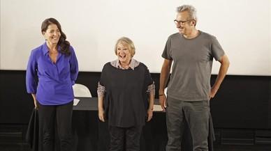 Yvone Blake (en el centro), junto al director Mariano Barroso y la actriz Nora Navas, en la Academia de cine.