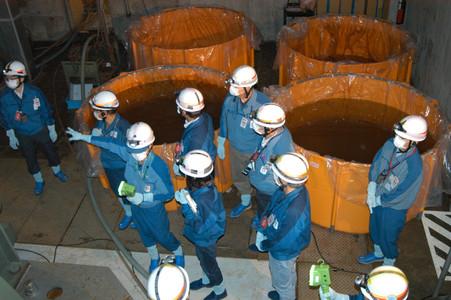 Tècnics de Tepco i de l'Organisme Internacional de l'Energia Atòmica inspeccionen les instal·lacions de l'edifici que allotja el reactor número 1, dijous passat, a la central de Fukushima.