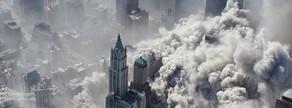 Vista aèria de l'illa de Manhattan envoltada de fum i cendres després de l'atemptat contra el World Trade Center.