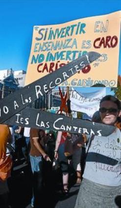 Protesta de docentes ante la Consejería de Educación de Madrid, ayer. JUAN MANUEL PRATS