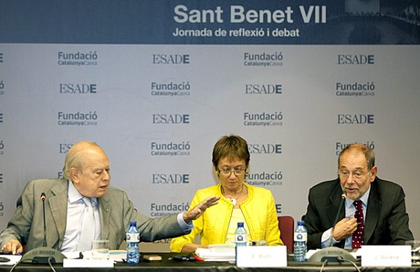 Jordi Pujol y Javier Solana intercambian palabras ante la directora de ESADE, Eugenia Bieto, el jueves, en el monasterio de Sant Benet. 