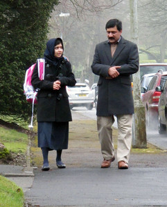 Camino a su primer día de clases, acompañada por su padre