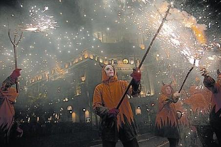 Integrants del correfoc en la seva desfilada per la Via Laietana, ahir a la nit.