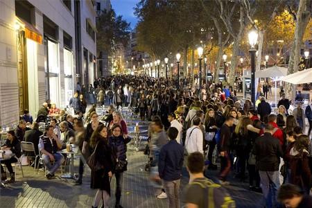 Cola para acceder a la tienda Urban Outfitters de Barcelona en su estreno.