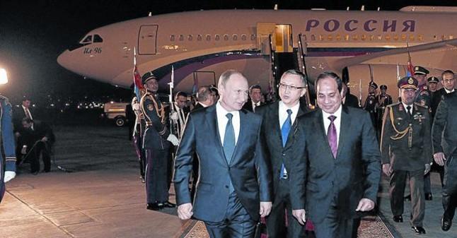 Putin, recibido por el presidente egipcio Al Sisi, ayer en el aeropuerto de El Cairo.