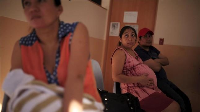 Una mujer embarazada espera para ser atendida en un hospital de San Salvador, capital de El Salvador, el 29 de enero.