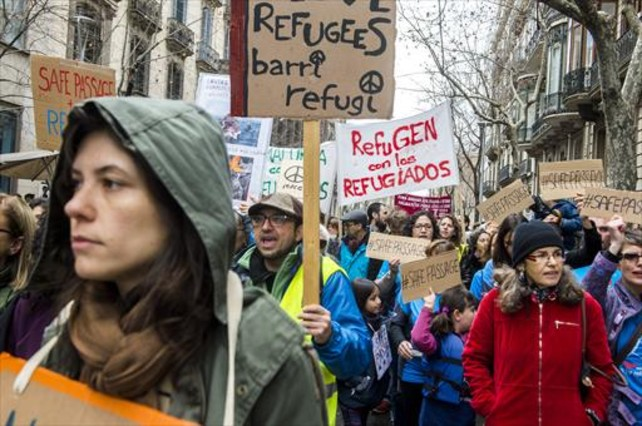 Ciudadanos protestan en Barcelona contra el drama de los refugiados sirios en Europa, ayer.