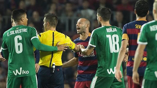 Futbolistas del EIbar, durante un encuentro ante el Barça
