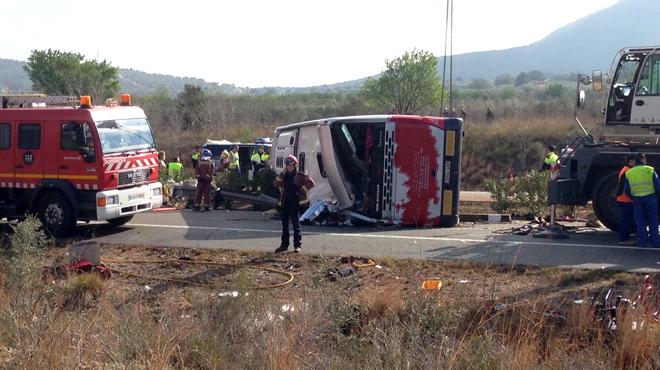 13 fallecidos y varios herido en un accidente de autocar en la AP-7 en Freginals (Montsiá)