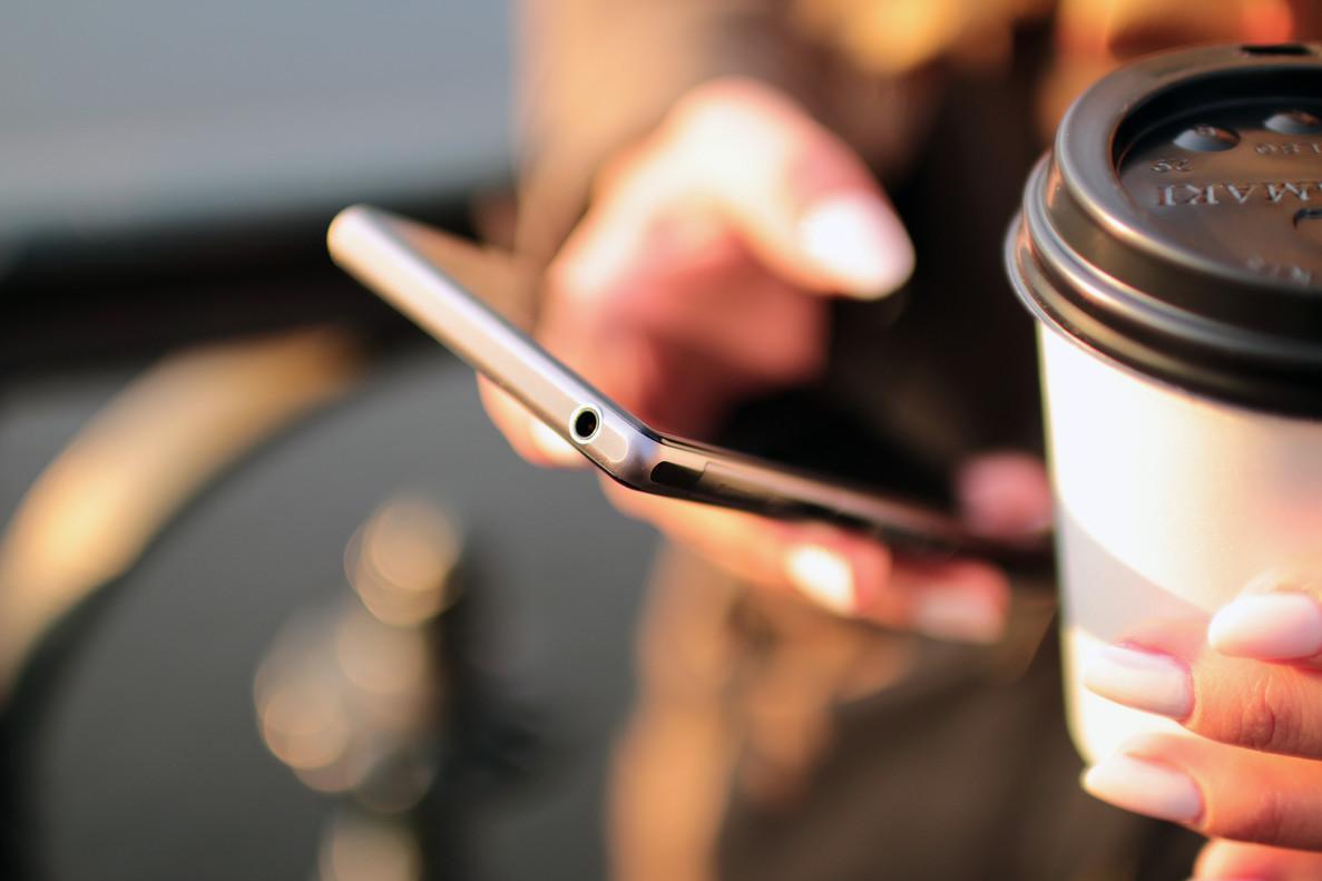 La cafeína es una de las sustancias más habituales que impregnan nuestros móviles.