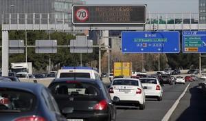 Tráfico en la M-30 de Madrid, ayer.