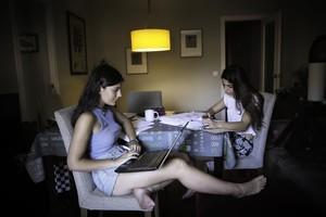 Jana Domènech y Natàlia Boix repasan sus apuntes y preparan el exámen de la asignatura de Catalán.
