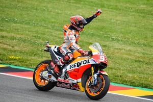 Marc Márquez celebra su victoria en el GP de Alemania de MotoGP.
