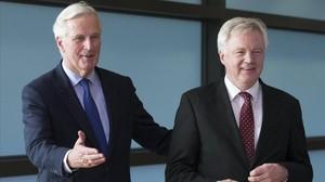 El negociador jefe de la UE para el brexit, Michel Barnier (izquierda), da la bienvenida al secretario de Estado britanico, David Davis, en Bruselas.