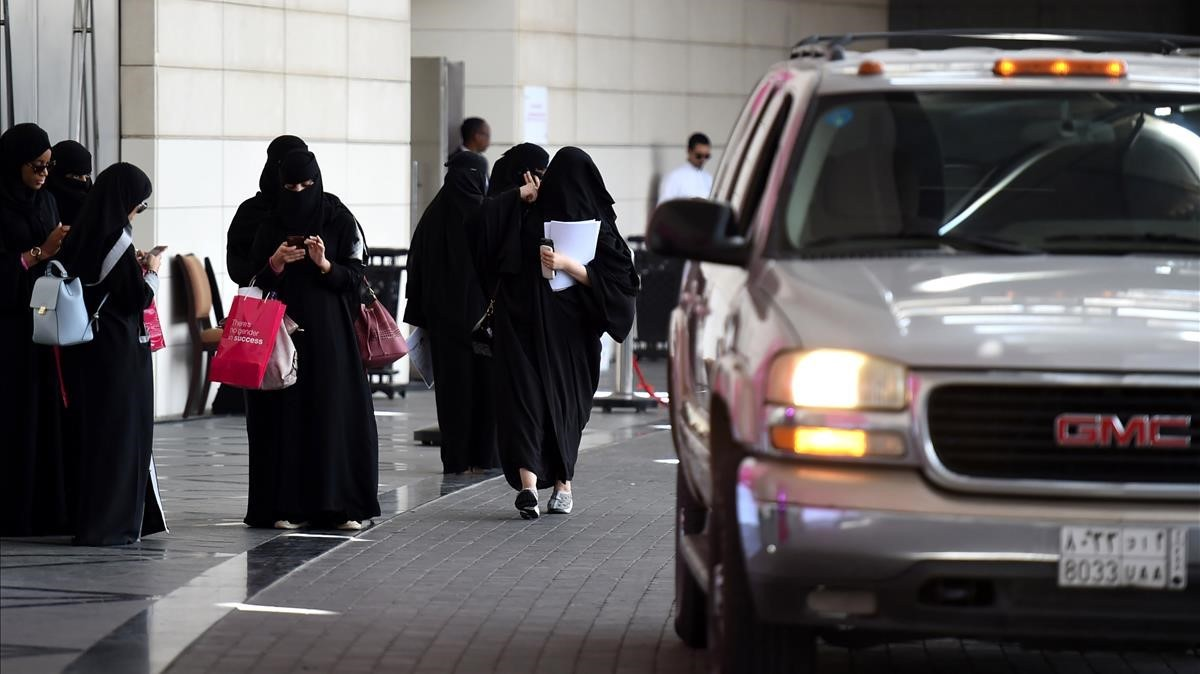 mbenach40325360 saudi women wait for their drivers at a hotel in the saudi c170929173814